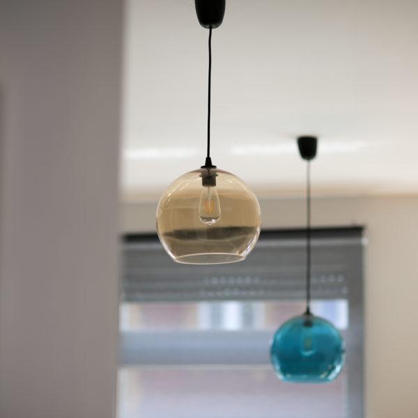 zwei Lampen hängen von der Decke