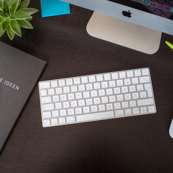 Topview von Schreibtisch Tastatur mouse und Block