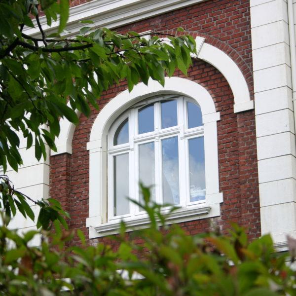 Fenster an Backsteinfassade